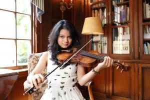 Daisy Castro, gypsy jazz violinist